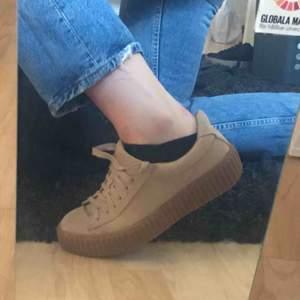 Hej!  Jag säljer nu mina skor pga dom aldrig kommer till användning. Skorna har en platå sula och är i storlek 39. Kommer från Nelly och är köpta för 299kr och säljer för 160kr + frakt