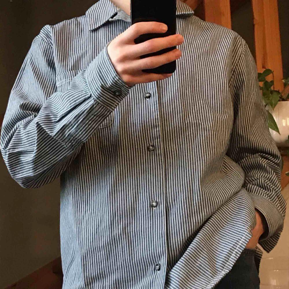 Skjorta från APC i Medium. Den är knappt använd och i nyskick.. Skjortor.
