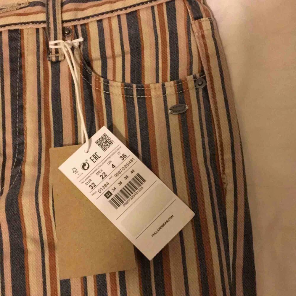 Nya, helt oanvända snygg byxor från Pull & Bear. Säljs på grund av att jag köpte fel storlek. Nypris: 349kr.. Jeans & Byxor.
