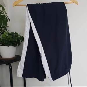 Skit snygga Nike byxor, mörk blåa. Använda en gång säljer för att de ej kommer till användning av mig och behöver ett nytt hem 😊