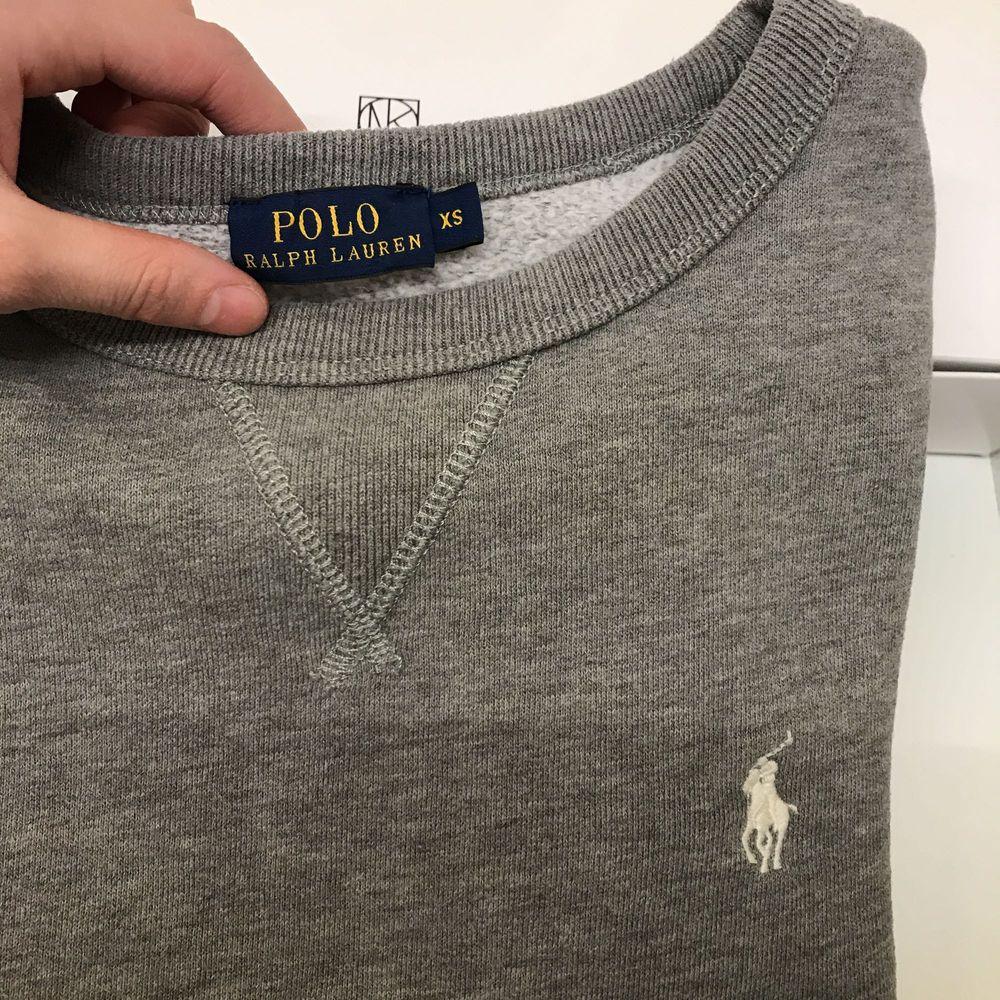 Säljer en grå mysig tröja från Ralph lauren! Köptes förra året på NK i Göteborg.   En tröja som passar i alla lägen och årstider.  Fynda nu för endast 350kr  . Huvtröjor & Träningströjor.