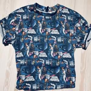 Star Wars T-shirt som är lite oversize. Assnygg men kommer ej till användning  100kr + eventuell frakt, möts annars upp i Lund eller Höllviken