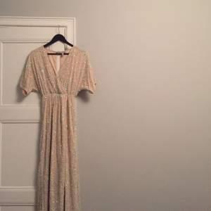 Kimono-balklänning! Använd en gång på bal. Passar på mig som har 36 annars men är stretchig i midjan så skulle säkert passa nån upp till storlek 40!