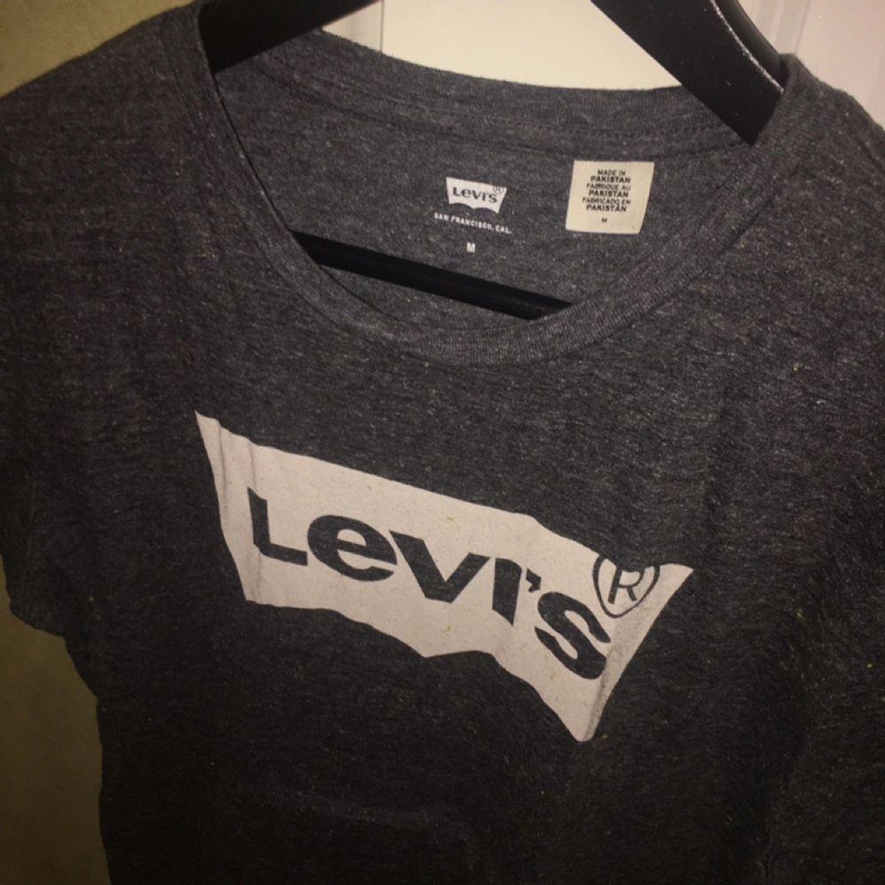 En oanvänd Levis T-shirt! Säljer pga för stor för mig! Näst intill oanvänd!. T-shirts.