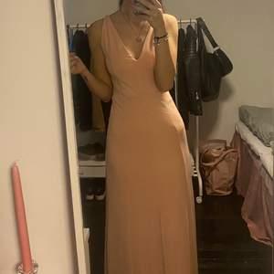 En fin lång klänning, använd 1 gång. Passar mig som är 168 cm lång. Är en XS men passar en S också.