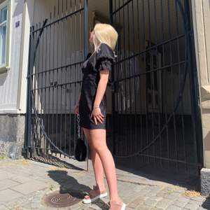 Svart snygg klänning med puffärm! Sparsamt använd.