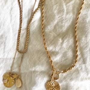 Guldiga halsband, i superfint skick. Även snygga ihop! 65kr st eller 110 för båda!