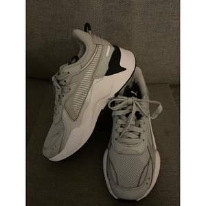 Ett par oanvända, endast provade Puma sneakers. I modell RS-X.