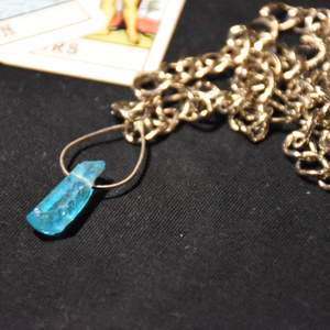 Ett halsband med grov kedja och en äkta (färgad) bergskristall!