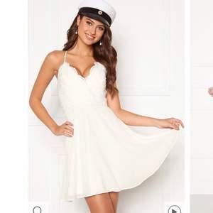 Säljer min supersnygga studentklänning från Bubbleroom märket Chiara Forthi, lite exklusivare märke med så fina klänningar. Nypris 599 kr. Endast använt den en gång så helt i nyskick!! Säljer för 200 🥰 Kan givetvis fixa fler och bättre bilder!