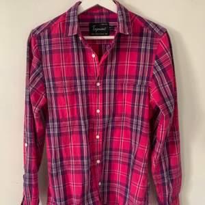 Fin rosa rutig skjorta i bra skick💖. Storlek S/M. Köparen står för frakt💘