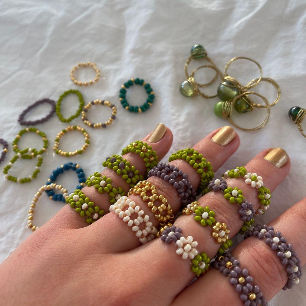 """⭐️Jag säljer ringar som jag gör själv 🥰 Alla ringar som jag har på mig kostar 35 kr/ st.                                                             ⭐️De smala ringarna som ligger på sidan (Inte de som är gjorda av stenar och ståltråd) kostar 15kr/st.                                    ⭐️Vid köp av 3 ringar får du en valfri liten smal ring på köpet. Vid köp av 5 ringar får du gratis frakt                                                                    ⭐️ Ringarna är i """"normal storlek"""" vilket är ca 6 cm i omkrets om du vill ha större/mindre storlek är det bara att säga till så fixar jag.                                                                                       ⭐️Om du vill ha någon färgkombination som inte finns på bilden, kan jag fixa det!                                                            ⭐️ (Om du är intresserad av ringarna som är gjorda av ståltråd och en pärla som ligger i bakgrunden, skriv till mig så får du veta vilka som finns på lager.                                                                      ⭐️Det är bara att skriva till mig om du vill köpa!🥰 De här ringarna gör varje outfit lite snyggare kan jag lova!                      ALLA RINGAR FINNS I LJUSBLÅTT OCH SILVER. Accessoarer."""