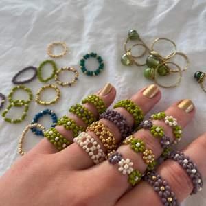 """⭐️Jag säljer ringar som jag gör själv 🥰 Alla ringar som jag har på mig kostar 35 kr/ st.                                                             ⭐️De smala ringarna som ligger på sidan (Inte de som är gjorda av stenar och ståltråd) kostar 15kr/st.                                    ⭐️Vid köp av 3 ringar får du en valfri liten smal ring på köpet. Vid köp av 5 ringar får du gratis frakt                                                                    ⭐️ Ringarna är i """"normal storlek"""" vilket är ca 6 cm i omkrets om du vill ha större/mindre storlek är det bara att säga till så fixar jag.                                                                                       ⭐️Om du vill ha någon färgkombination som inte finns på bilden är det bara att skriva det till mig så fixar jag!               ⭐️ (Om du är intresserad av ringarna som är gjorda av ståltråd och en pärla som ligger i bakgrunden, skriv till mig så får du veta vilka som finns på lager. Dessa gör jag bara i normalstorlek!)                                                                     ⭐️Det är bara att skriva till mig om du vill köpa!🥰 De här ringarna gör varje outfit lite snyggare kan jag lova!                      ALLA RINGAR FINNS I LJUSBLÅTT OCH SILVER"""