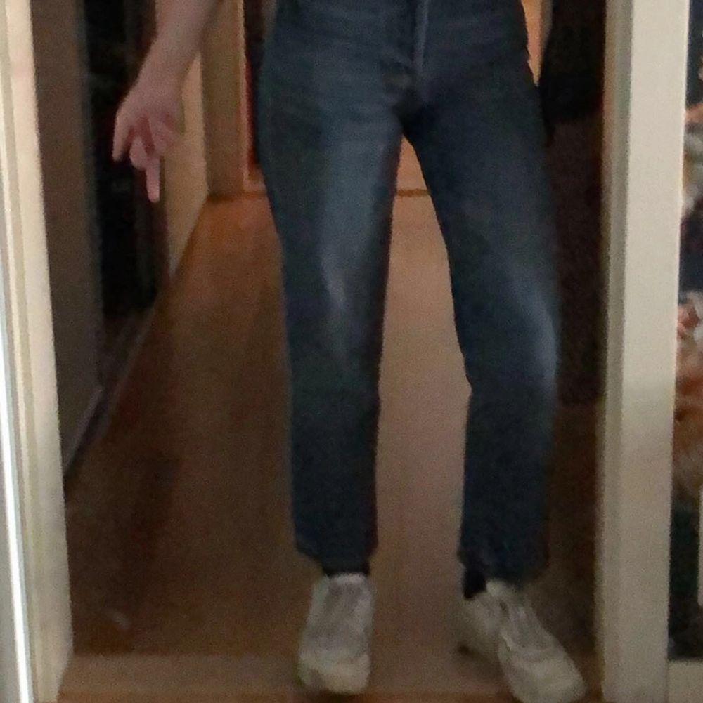 jeans från h&m i storlek 32, men mer som 34-36. superfint skick loose fit. Jeans & Byxor.