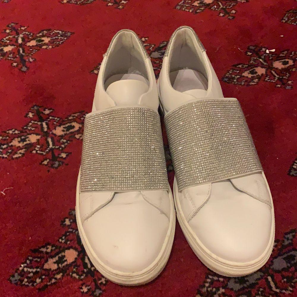 Ett par coola skor från Kcobler. Använt ett fåtal gånger. Riktigt snygga silvermedaljer runt skon. Buda i kommentarerna☺️☺️. Skor.