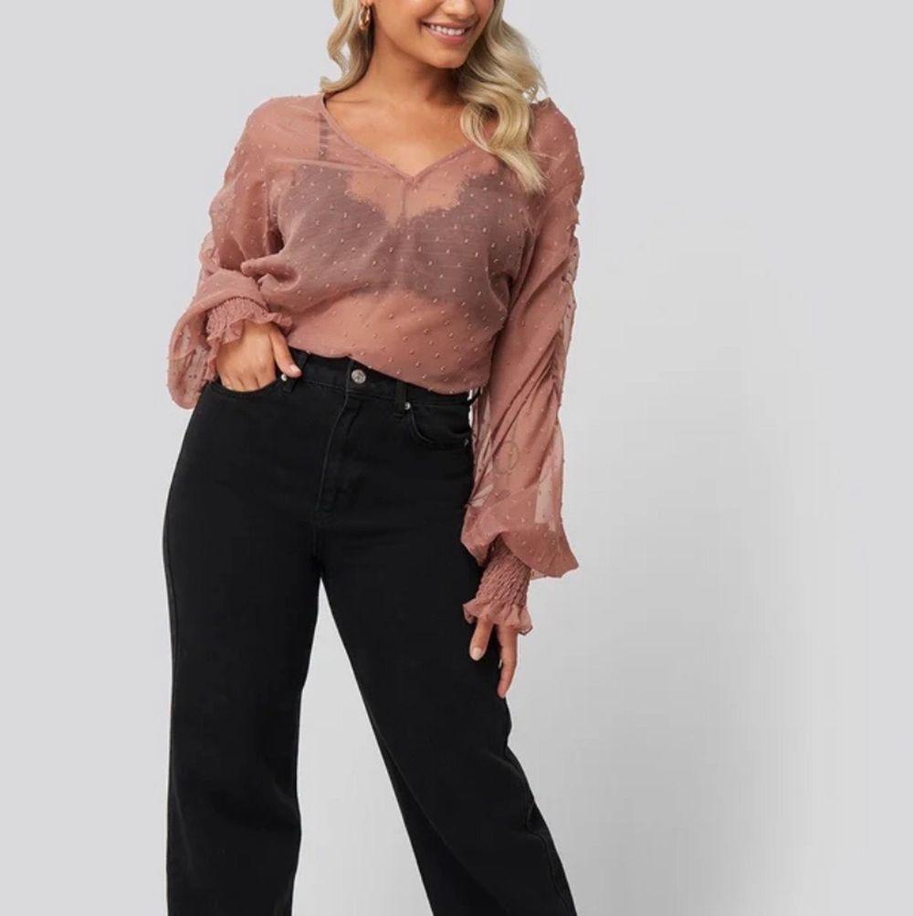 Jag säljer en rosa genomskinlig blus i storlek 32! Den är helt oanvänd då den aldrig kom till användning. Köparen står för frakt!🌺 . Blusar.