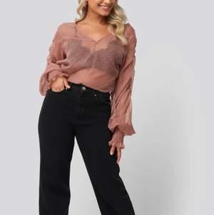 Jag säljer en rosa genomskinlig blus i storlek 32! Den är helt oanvänd då den aldrig kom till användning. Köparen står för frakt!🌺