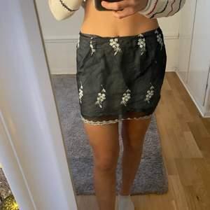 Säljer denna superfina kjolen😊det är storlek 40 men passar mig som har XS/S💕superfin passform och kjolen är som två lager😊