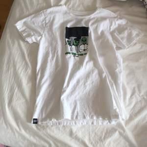 Jätte cool t shirt med coolt tryck. Använt enstaka gång! Inga defekter❤️