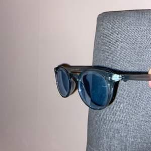 Snygga och stilrena solglasögon från &otherstories! Knappt använda💕💕 80kr inkl frakt!!