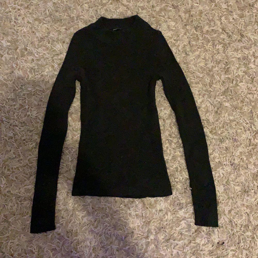 En tröja från ginatricot som jag har andvänt 1 gång snedes har den bara legat i min byrå. Sitter bra är ribbad går upp lite i halsen. Skriv privat om pris eller om du har någon fråga. . Tröjor & Koftor.