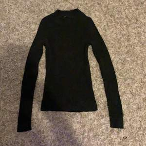 En tröja från ginatricot som jag har andvänt 1 gång snedes har den bara legat i min byrå. Sitter bra är ribbad går upp lite i halsen. Skriv privat om pris eller om du har någon fråga.