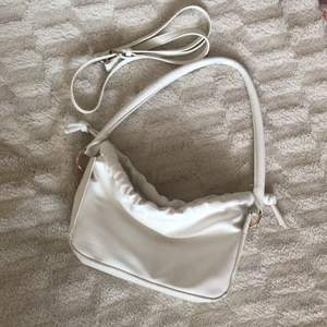 Vit handväska från Shein. Använd fåtal gånger då jag har en go to väska jag oftast håller mig till, det är även därför jag säljer ❤️ stängs med en magnetisk knapp. inte jätterymlig men kan hålla mobil, plånbok, parfym och sånt smått
