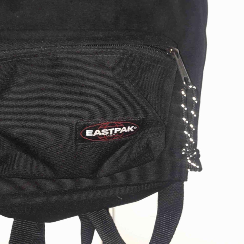 Eastpak ryggsäck nästan oanvänd!!! Relativt liten i storleken men får plats med mycket. Möts ENDAST upp i stockholm , fraktar ej!. Väskor.