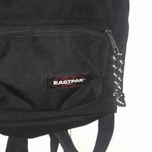 Eastpak ryggsäck nästan oanvänd!!! Relativt liten i storleken men får plats med mycket. Möts ENDAST upp i stockholm , fraktar ej!