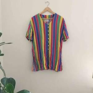 Lång färggran skjorta, köpt på secondhand