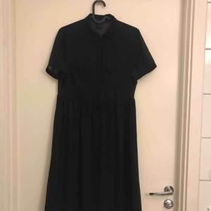 Från Monki. Färg: svart. Strl: XS. Tyget nertill har även en underkjol. Jättefint skick. Har varit en favorit! 😄