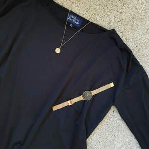 Snygg svart tröja som aldrig använts och är i nytt skick!