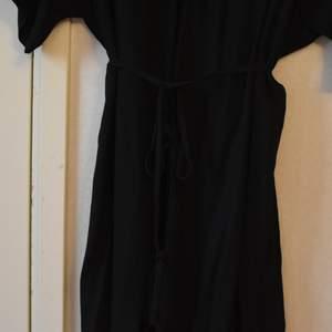 Svart klänning från Lindex, svår att få bra bild på men är väldigt fin. Tyget har ett diskret mönster man kan se på sista bilden. Säljer så den är för stor, storlek M/L. Skulle kalla den mer åt L men passar nog en M också.