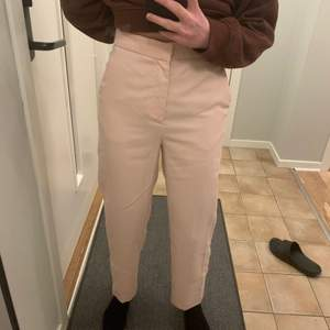 Säljer dessa sjukt fina kostymbyxor ifrån zara. Använda två gånger så jättebra skick! Köpte för 299kr i höstas och säljer för 40kr+frakt! Säljer för de inte används!