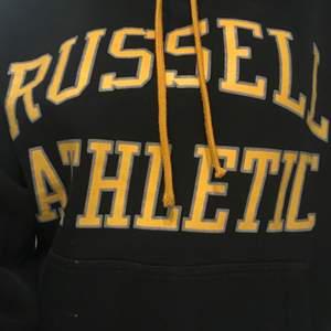 Säljer min Russel athletics tröja. Svin snygga färger men är tyvärr tvungen att sälja den. Köpt i usa💛