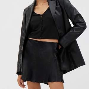 Helt ny kjol från Weekday - Shorty Satin Skirt - Storlek 36, nypris 350 kr
