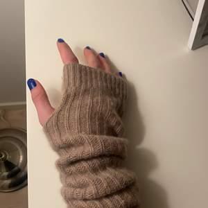 Säljer dessa populära handledsvärmare i kashmir! Jättefint skick men säljer pga att jag fått ett par nya. Just nu ligger högsta budet på 200kr!! Men tar fortfarande emot fler bud