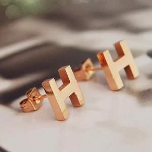 Hermes örhänge i två  olika färger ett par kostar 70 kr st💕💕 AAAAA KOP  . 💕Om ni har frågor är ni alltid välkomna att höra av er 🌺🌺🌺 FÖRG SILVER OCH ROSEGULD