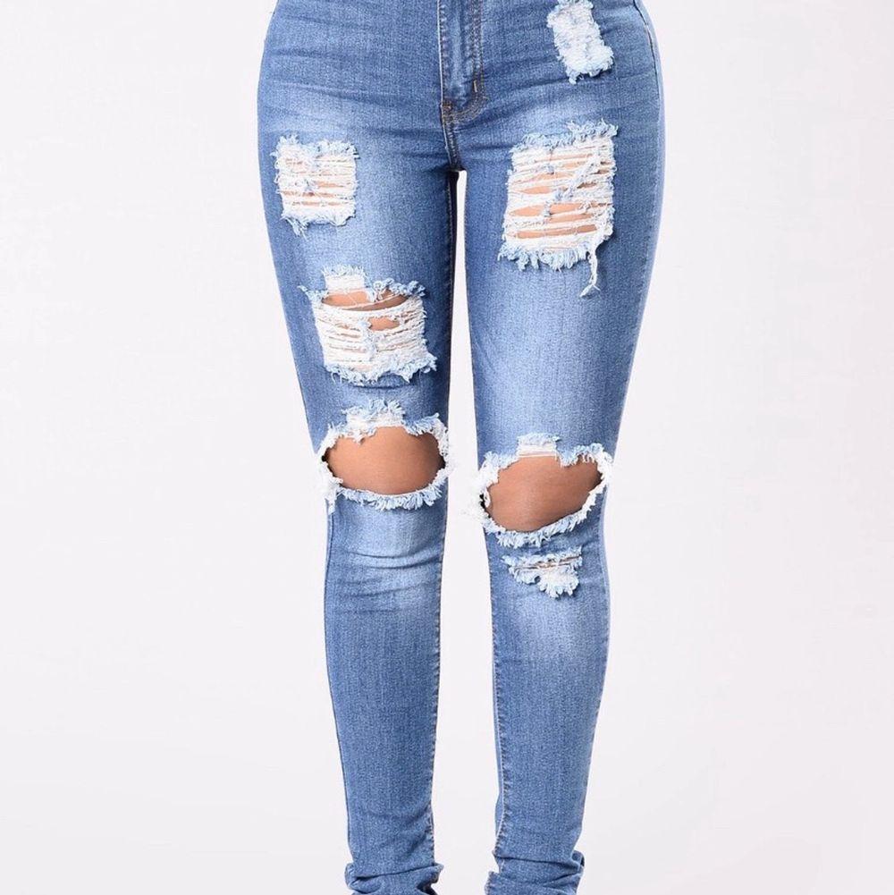 """Fashionnova ripped jeans i storlek S som formar din kropp bra !  Model : """"Say yes to disdress""""  , frakt tillkommer . Jeans & Byxor."""