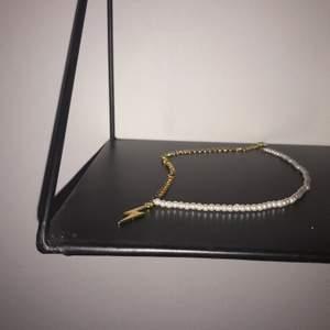 Hej! Jag designar och tillverkar smycken till bra priser där jag även skänker 5kr/order till Cancerfonden❤️
