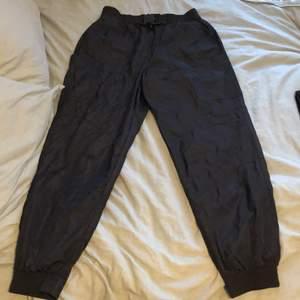 Byxor från zara i strl M. Regn/vind material. Nyskick, använda  1gång. Super coola byxor som jag lätt skulle vilja ha kvar men anser att jag har för många byxor. Spänne fram vilket är en snygg detalj. Fake fickor bak och riktiga fickor på sidan av byxorna