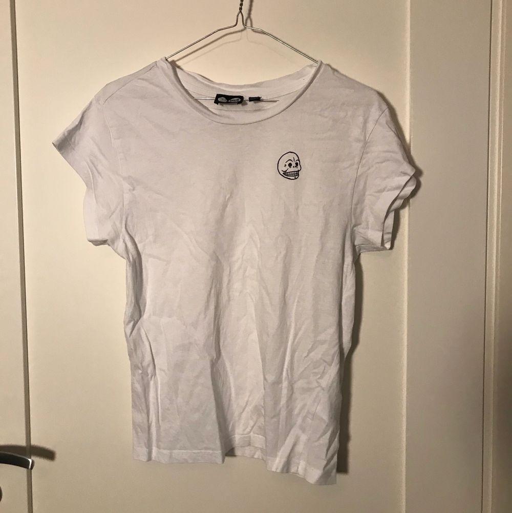 Vit t-shirt från CHEAP MONDAY i storlek xs! Mjukt och skönt material, använt sparsamt ;) 🌟 köparen står för frakt 😇. T-shirts.