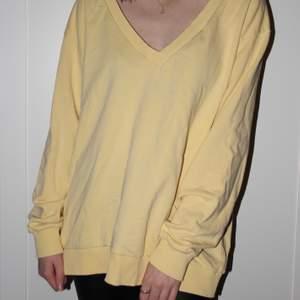 En gul overaized sweater från NAKD i storlek L. Använd 2 gånger och säljs därför den aldrig används. Väldigt skön och härlig färg! Köparen står för frakten ❤️