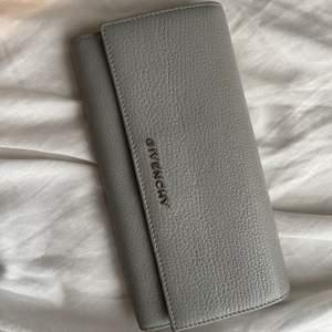 Givenchy plånbok köpt på Natalie Shuterman i Stockholm. Den har små slitningar (sista bilden). Nypris 5600kr.                       Pris kan diskuteras💕