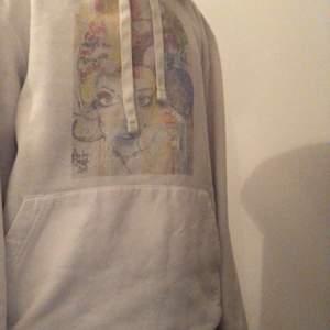 Säljer min hoodie från The cool elephent! Trycket har blekts i tvätten och en färgfläck på armen, därför ganska lågt pris