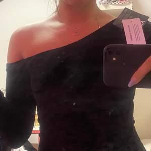 Säljer en väldigt fin festklänning från Nelly. Aldrig använt och lappar finns kvar på klänningen! Köpt för något år sedan och är i storleken S. Priset för den är 200 och frakten står köparen själv för!😊