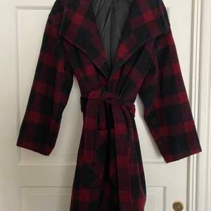 Varm och mjuk Blå/röd rutig kappa med skärp. Oversize. Ordinarie pris 2000kr använd ett fåtal gånger
