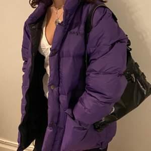 Supernajs lila pufferjacka från DeauVille! Väldigt stor o puffig (min kompis som modellar är 160 lång o är en storlek S! Jackan är i M men man får plats med lager under! Väldigt varm och perfekt nu för vintern!!