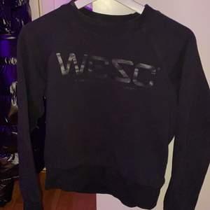 En svart sweatshirt från märker WESC