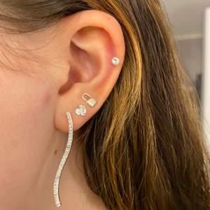 Säljer dessa fina örhängen ☺️ Första örhänget är i silver och de andra är nickel!! DM:a för fler bilder. Priset är 15kr inkl. frakt för 2:an och 3:an men eftersom första örhänget är ifrån Snö of Sweden och är relativt nya kostar de 30kr inkl. frakt ☺️